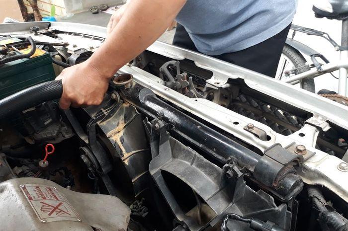 Pemeriksaan Radiator Mobil, sumber : otomotifnet.gridoto.com